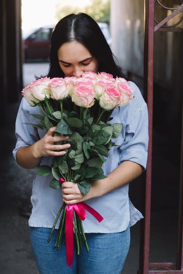 Девушка держа букет стоковая фотография rf