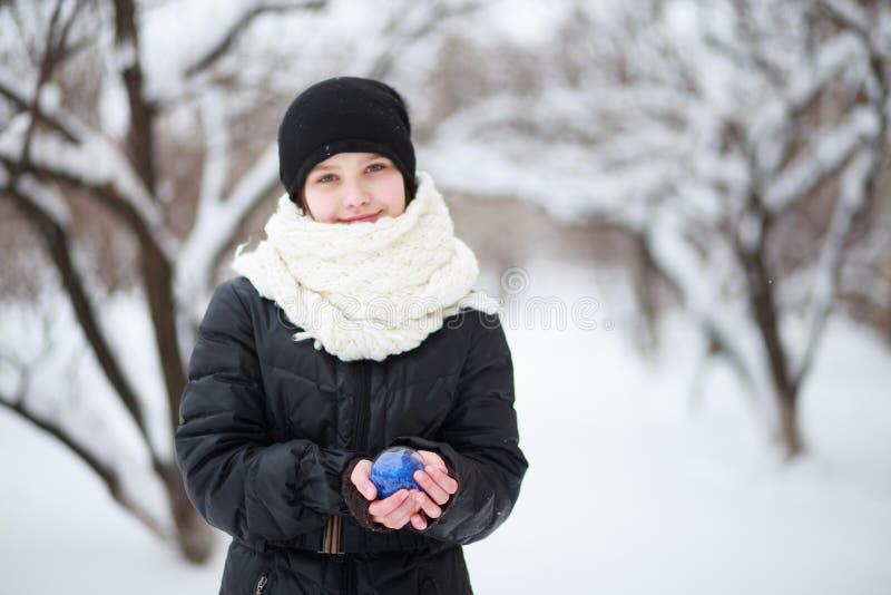 Девушка держа голубой шарик в руках стоковая фотография