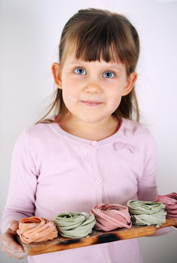 Девушка держа макаронные изделия fettuccine стоковое изображение rf