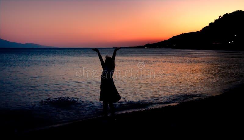 девушка держа меньшее небо вверх стоковое фото