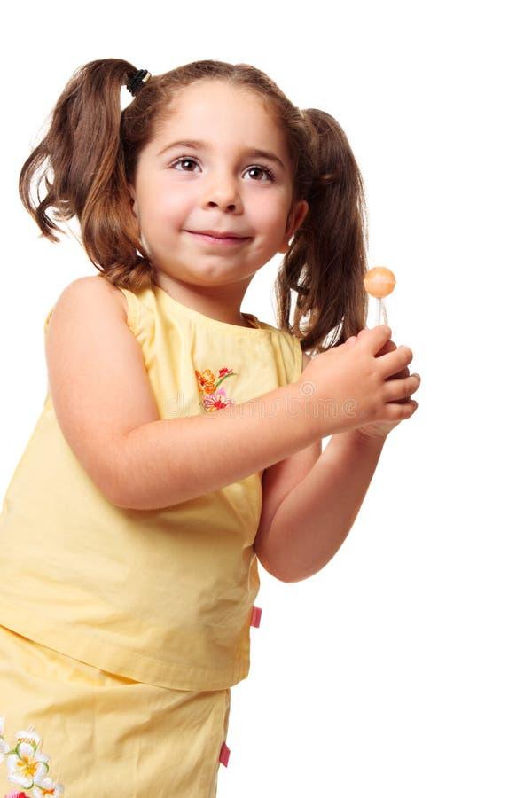 девушка держа меньшие ponytails lollipop стоковые фотографии rf