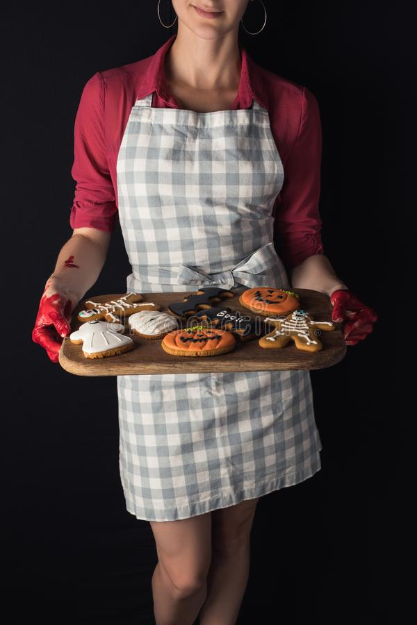 Девушка держа поднос с печеньями хеллоуина стоковое фото