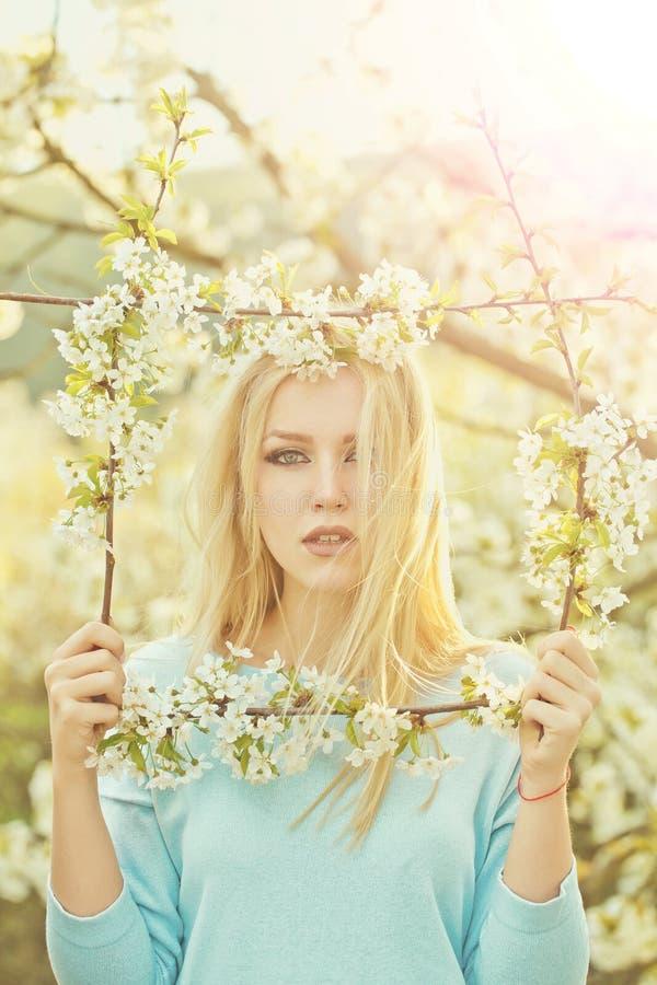 Девушка держа рамку белого, blossoming цветет стоковое изображение