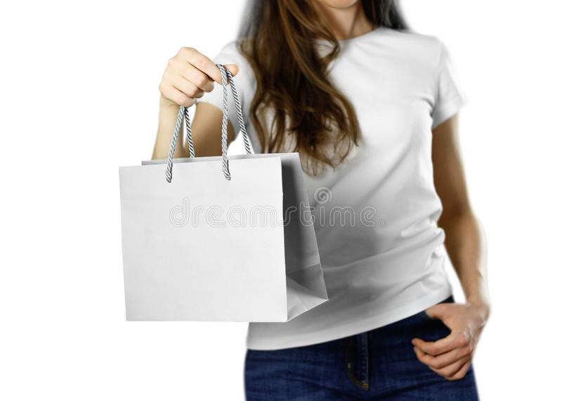 Девушка держа серую бумажную сумку подарка конец вверх Изолированная предпосылка стоковые изображения
