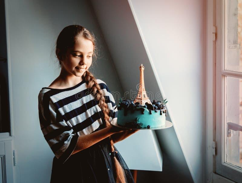 Девушка держа торт сливк с Эйфелевой башней стоковое изображение rf