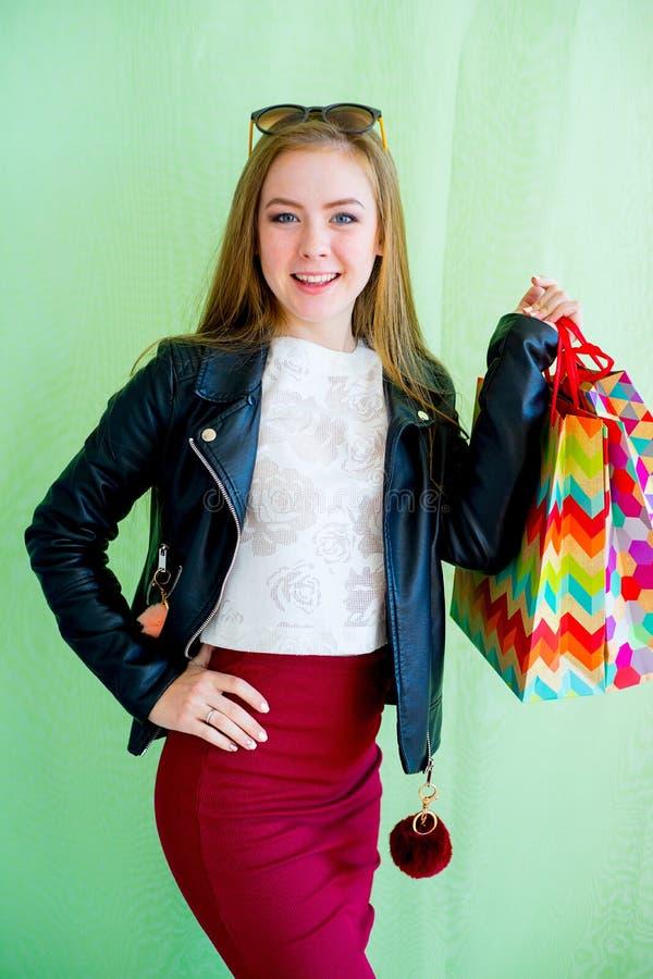 Девушка держа хозяйственную сумку стоковая фотография rf