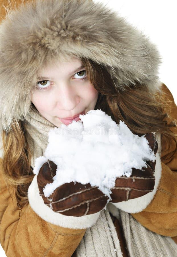 девушка держа шаловливую зиму снежка стоковые фотографии rf
