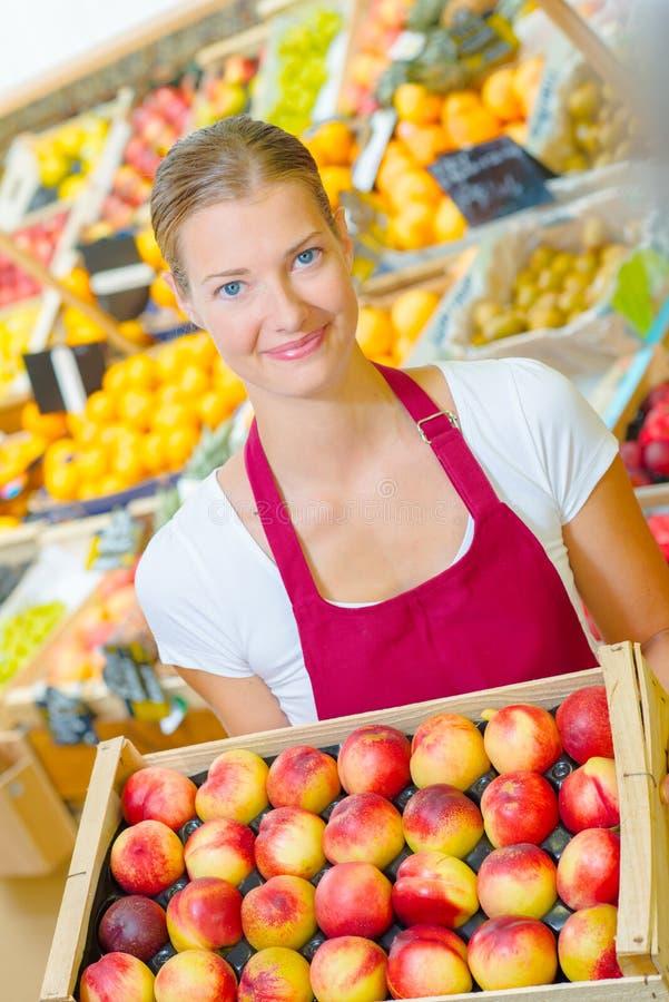 Девушка держа яблока basketful стоковые изображения