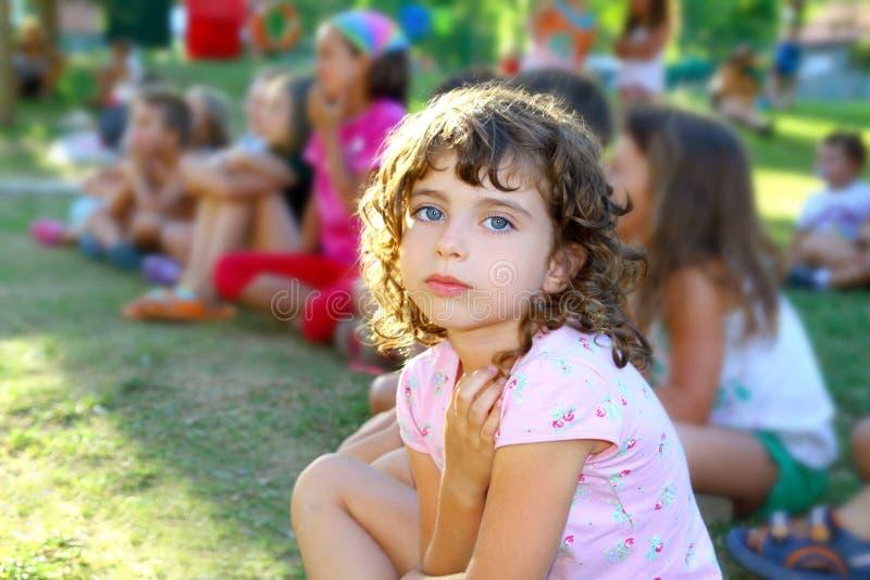девушка детей меньший смотря зритель выставки парка стоковая фотография rf