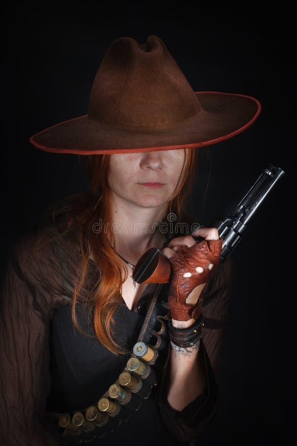Девушка Дикого Запада с оружием револьвера стоковые фотографии rf