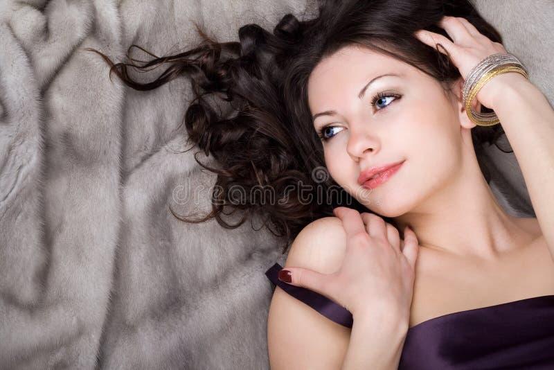 девушка довольно стоковое изображение