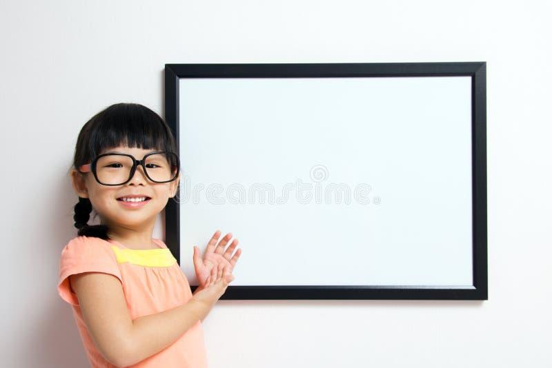 девушка доски немногая белое стоковая фотография rf