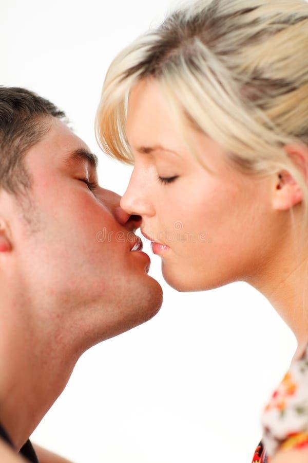 девушка друга ее целовать стоковые фото