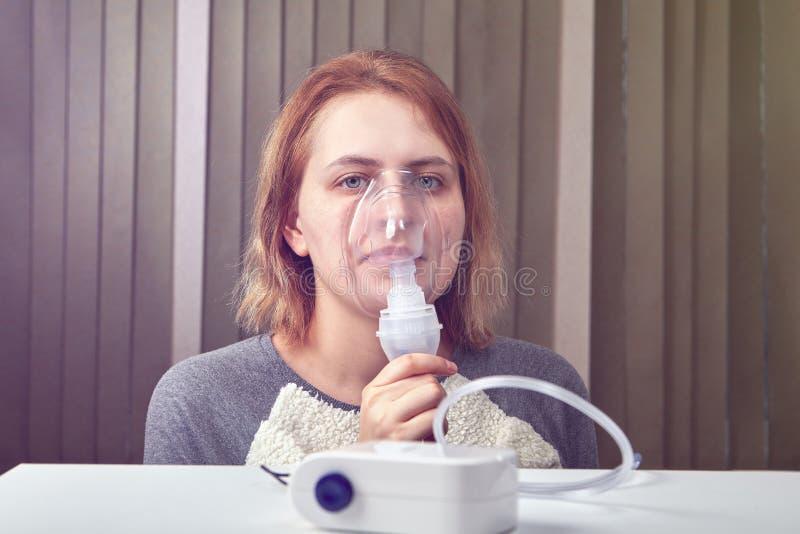 Девушка дышит с системой nebuliser компрессора стоковые изображения
