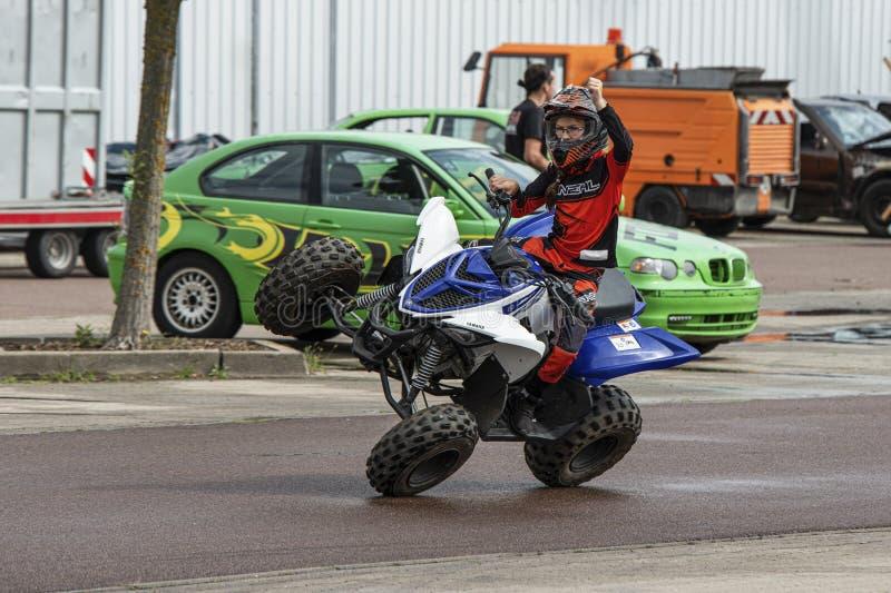 Девушка едет ATV косое на 2 колесах, на автосалоне в городе Галле Заале, Германия, 04 082019 стоковые фото