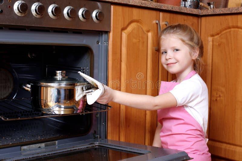 девушка еды принятое немногая стоковые фото