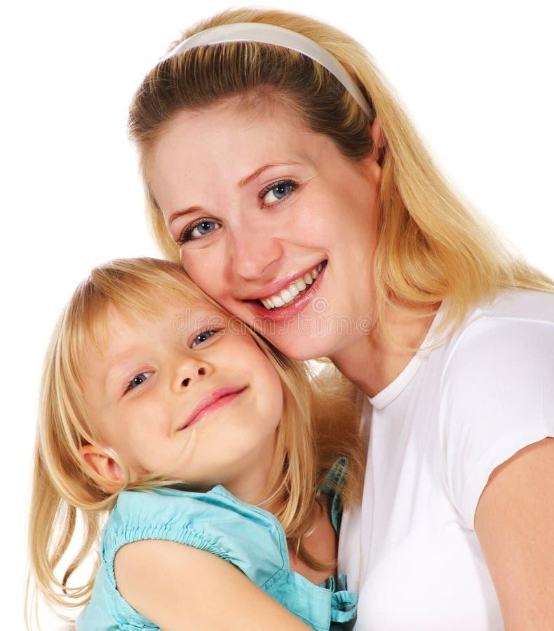 девушка ее обнимая мать стоковое фото rf