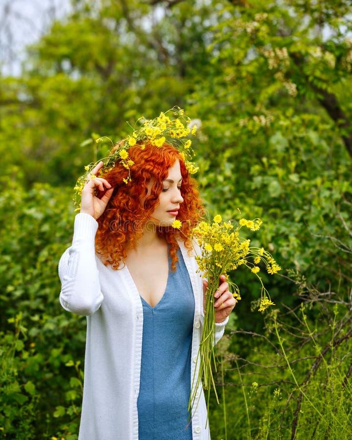 Девушка держа букет полевых цветков стоковые фото