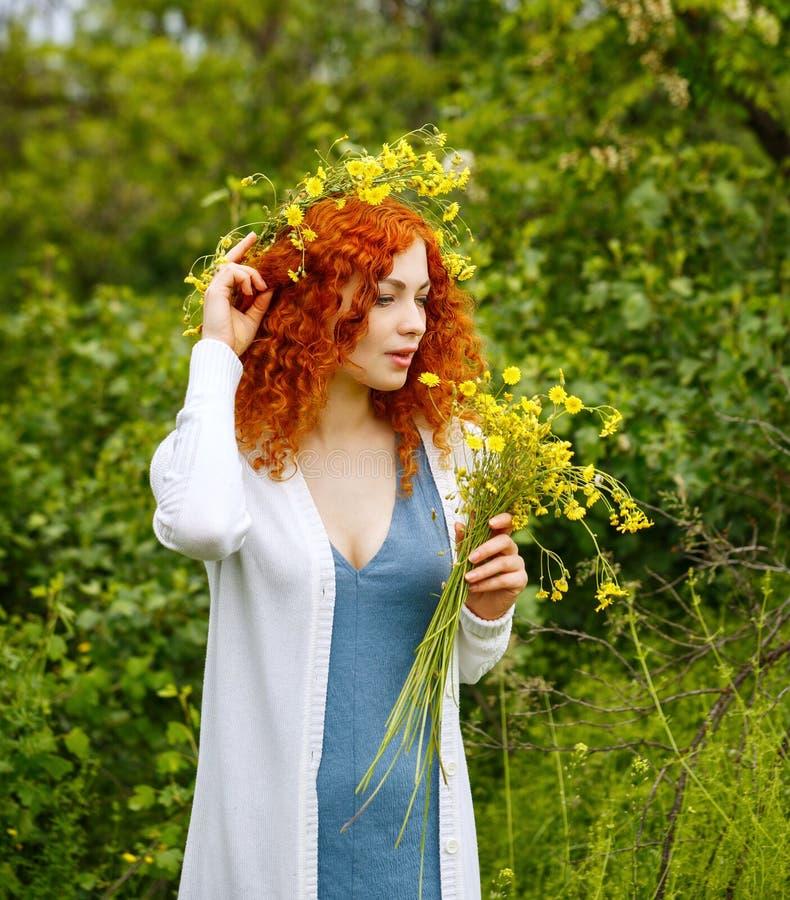 Девушка держа букет wildflowers стоковые фото