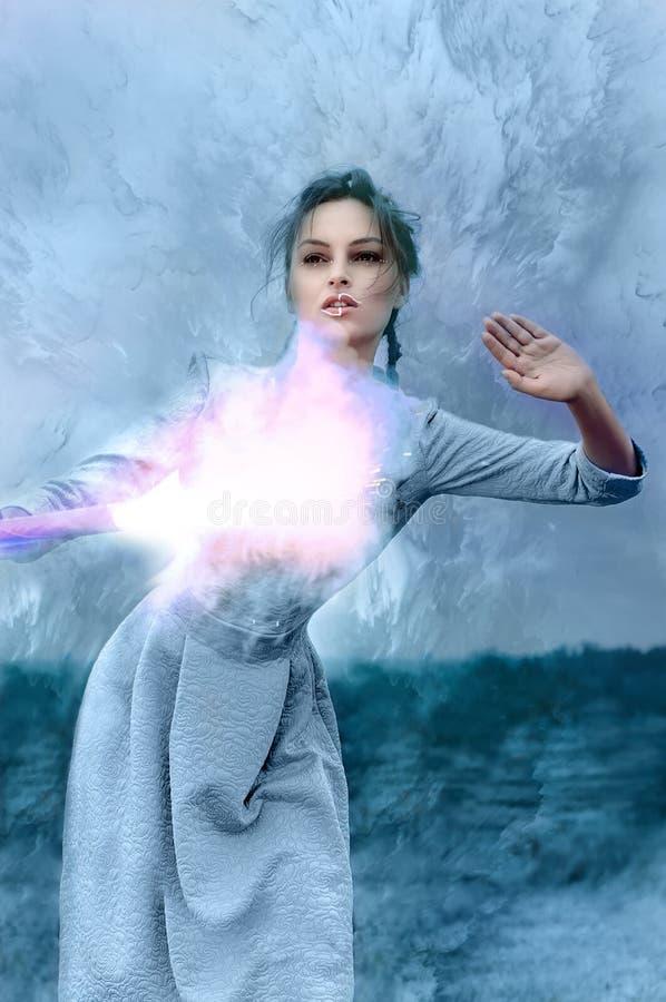 Девушка держа горящий факел в ее руке стоковая фотография rf