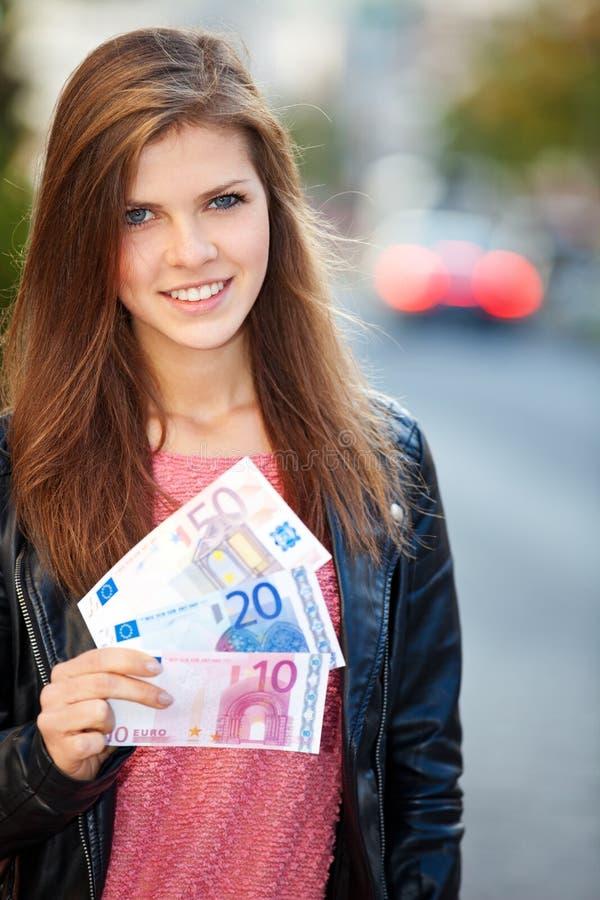 Девушка держа евро 80 стоковые фото