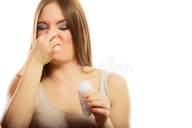 Девушка держа дезодорант ручки в руке стоковая фотография