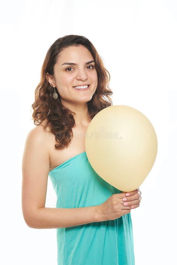 Девушка держа желтый воздушный шар стоковые изображения
