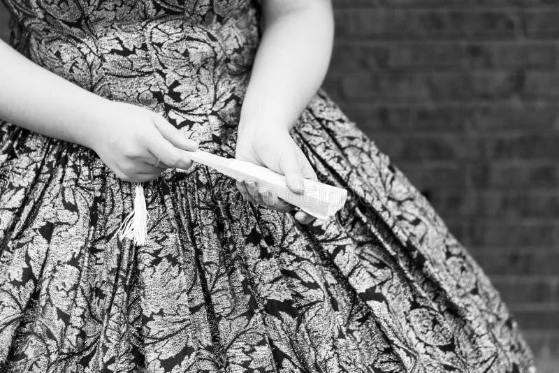 Девушка держа закрытый вентилятор стоковое изображение rf