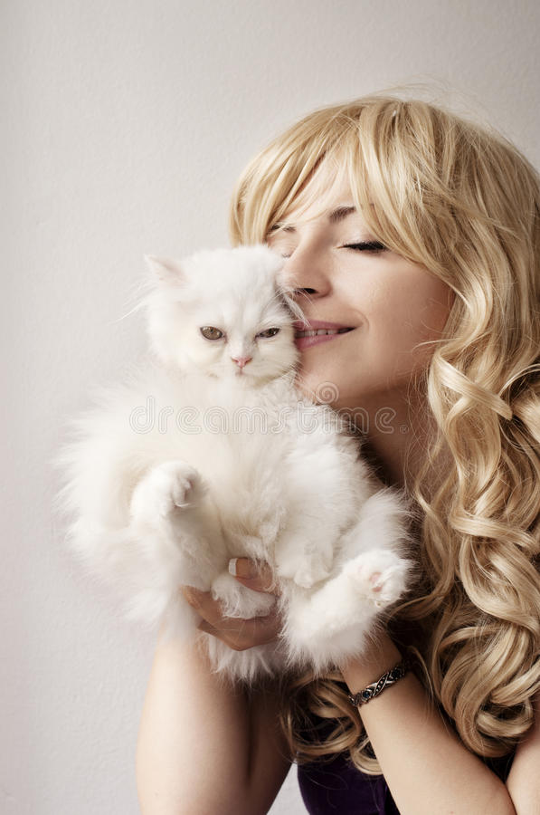 Девушка держа котенка стоковое фото rf