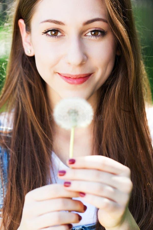 Download Девушка держа одуванчик стоковое фото. изображение насчитывающей усмехаться - 41663392