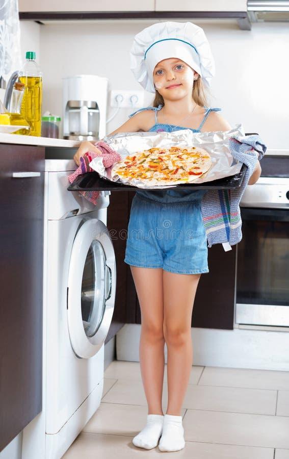 Девушка держа поднос с пиццей стоковое изображение rf