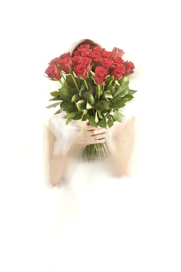 Девушка держа пук красных роз стоковое фото