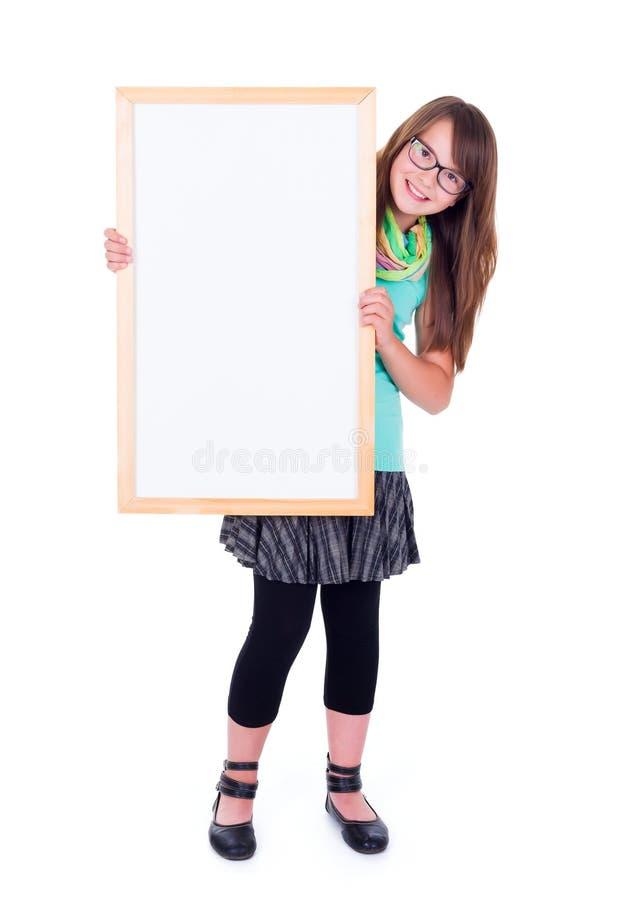 Девушка держа пустую белую доску рекламы стоковые фото