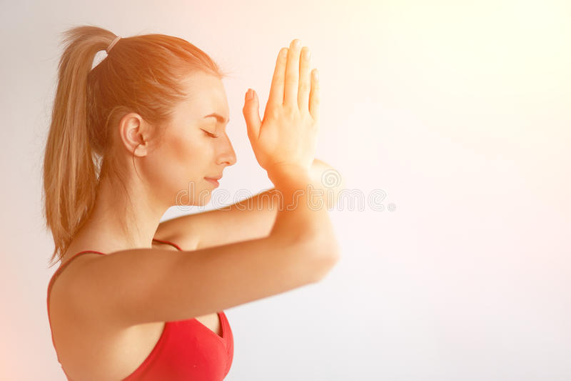 Девушка держа руки в namaste стоковые фото