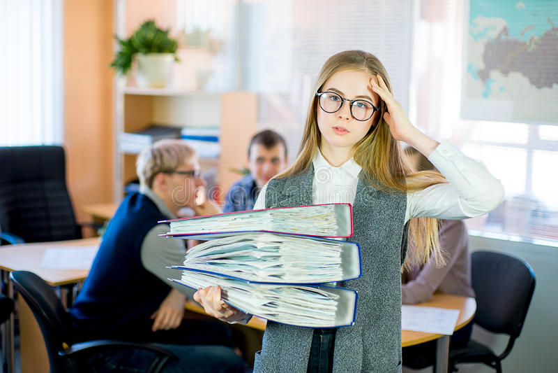 Девушка держа стог документов стоковые фотографии rf