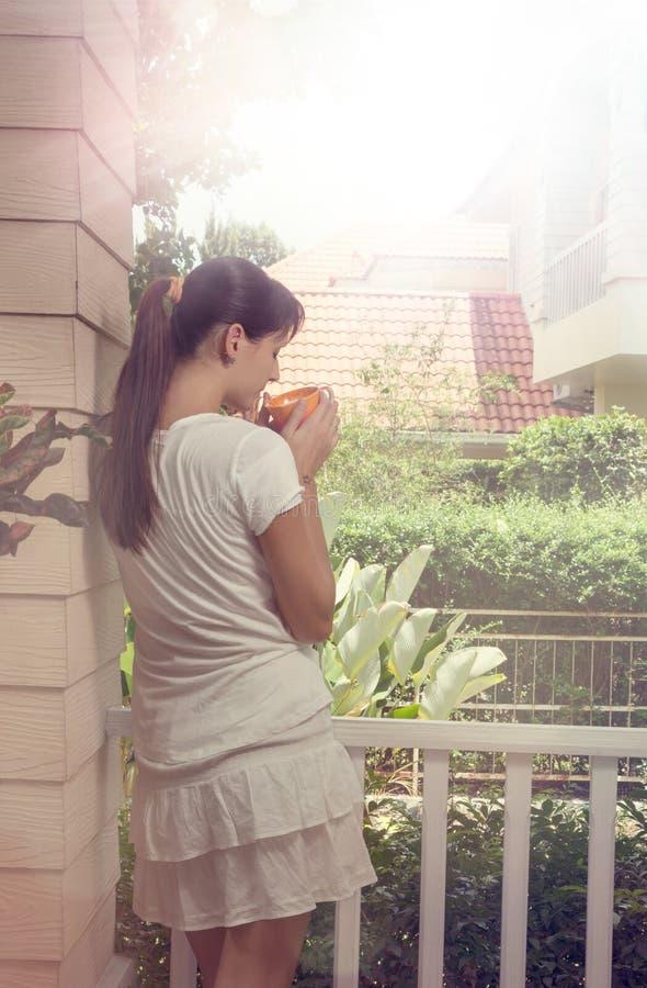 Девушка держа чашку кофе стоковые изображения rf