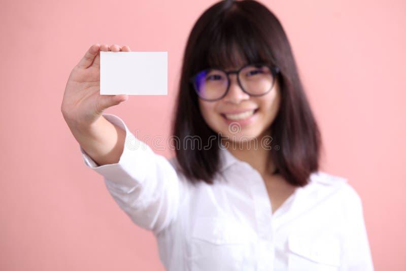 Девушка держа чистый лист стоковые изображения rf