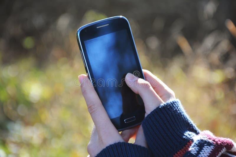 Девушка держа smartphone стоковое фото rf