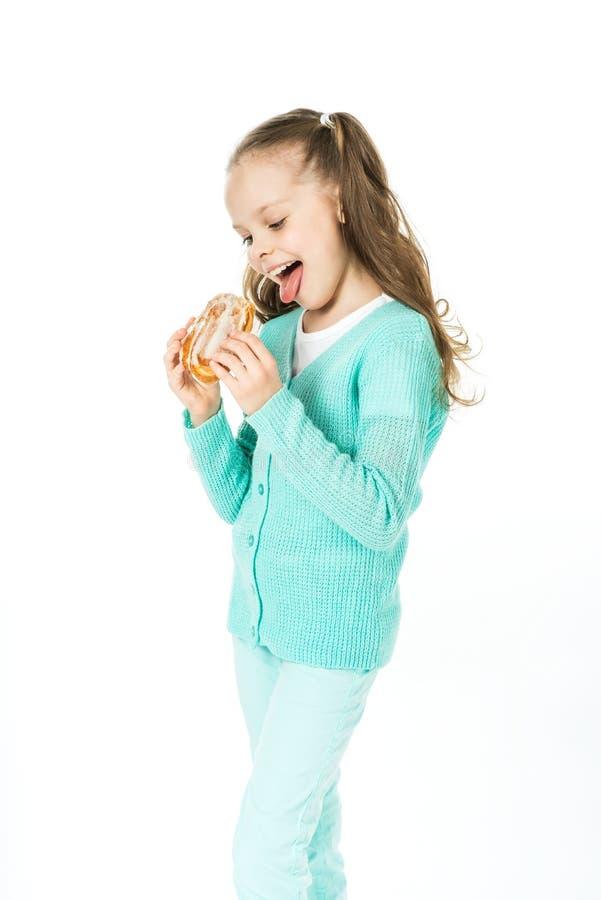 Девушка есть сладостные крены, выражение лица стоковые изображения rf