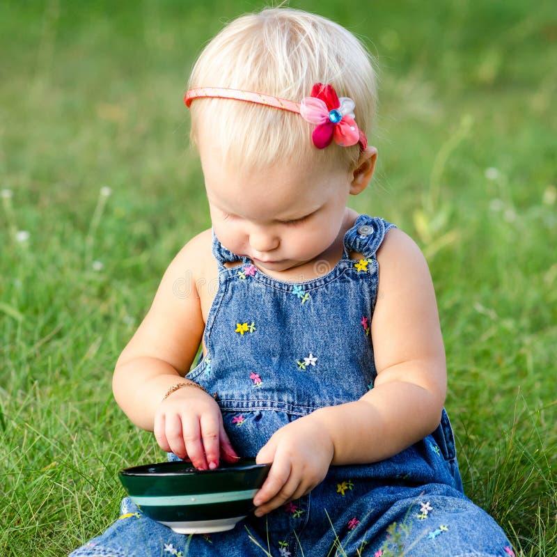 Девушка ест ежевику стоковые изображения rf
