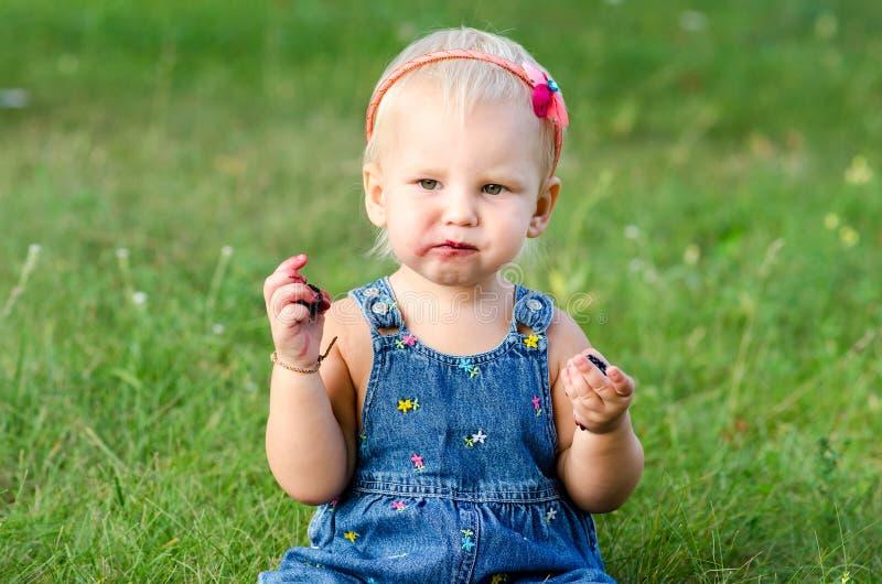 Девушка ест ежевику стоковая фотография rf