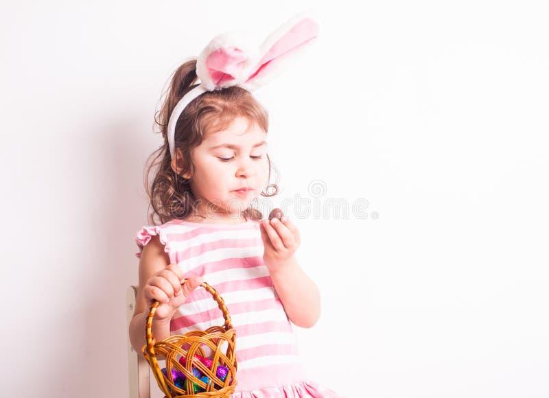 Девушка ест яичка шоколада стоковое фото rf