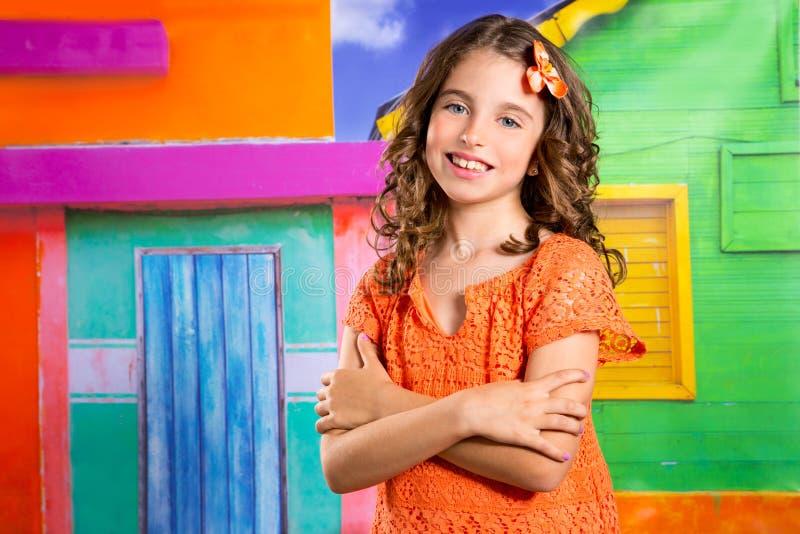 Девушка детей счастливая туристская усмехаясь в тропическом доме стоковая фотография rf