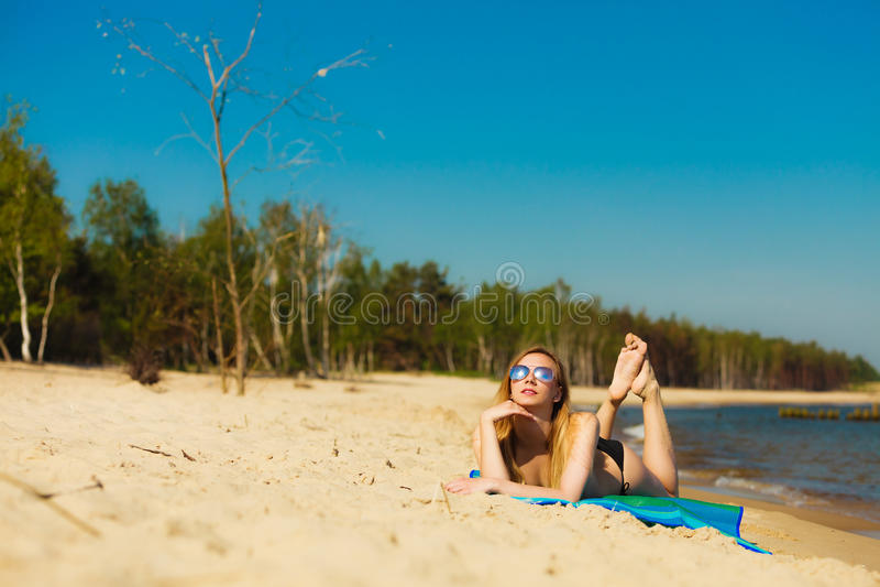 Download Девушка летних каникулов в бикини загорая на пляже Стоковое Изображение - изображение насчитывающей море, взморье: 40587557