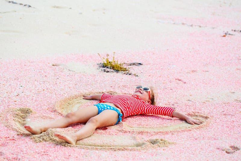Девушка делая ангела песка стоковое фото rf