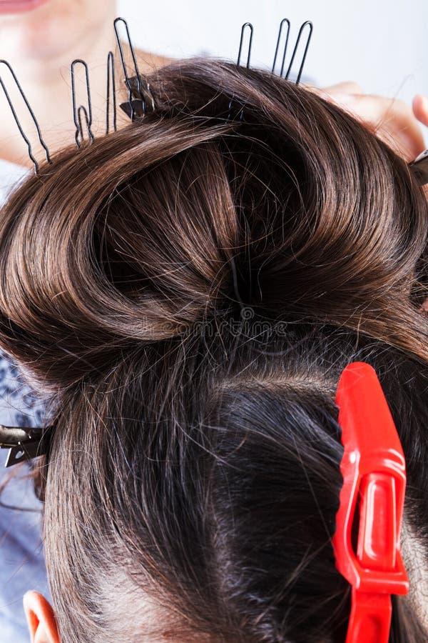 Девушка делая ее волосы стоковое фото
