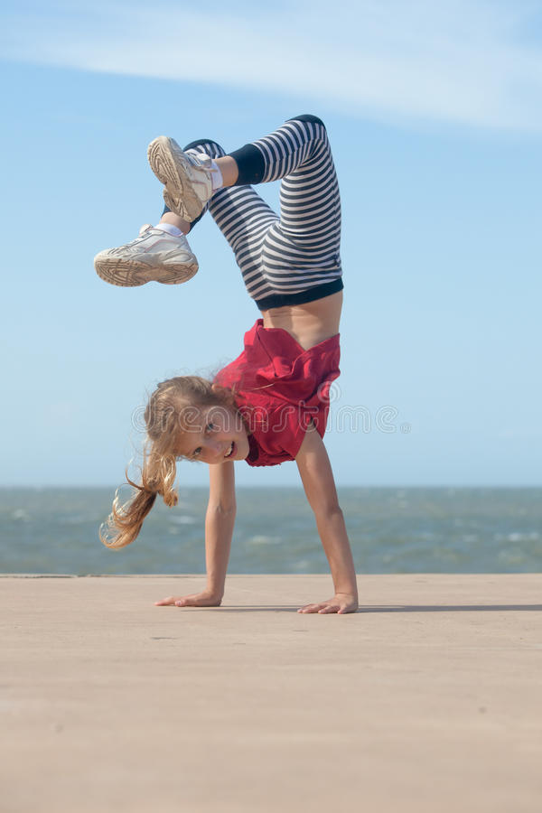 Девушка делая handstand стоковое изображение rf