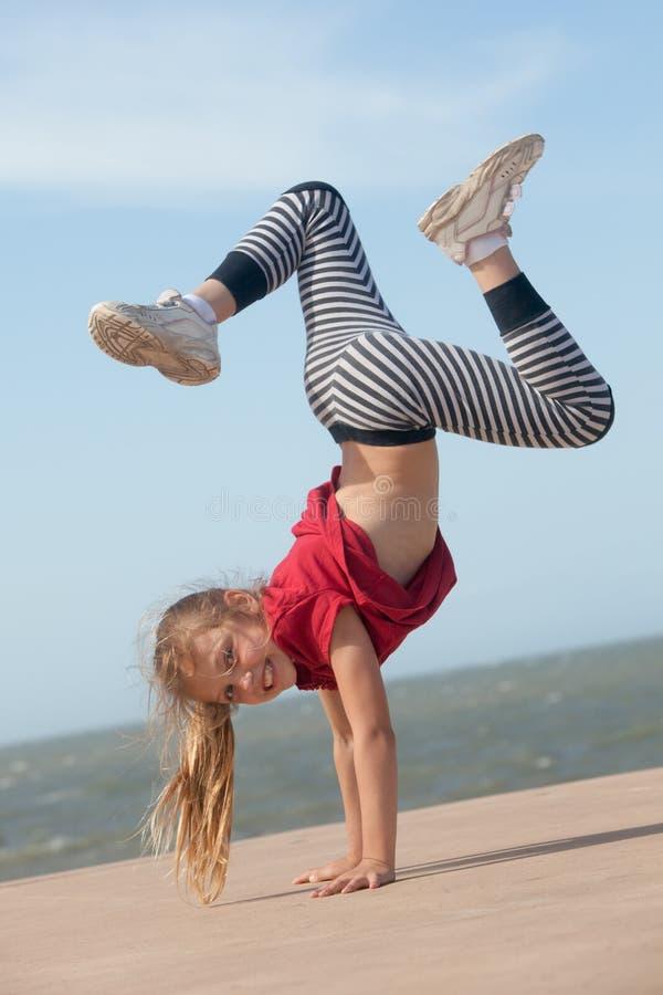 Девушка делая handstand стоковая фотография