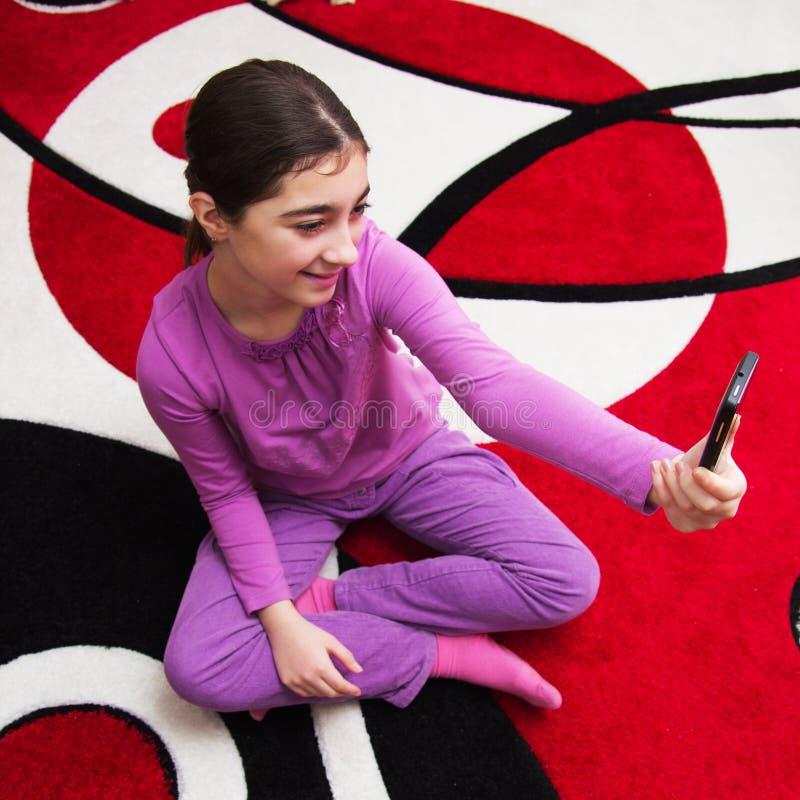 Девушка делая selfie стоковое фото rf