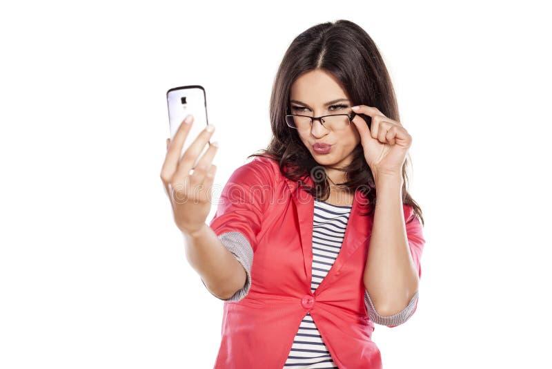 Девушка делая selfie стоковые фотографии rf